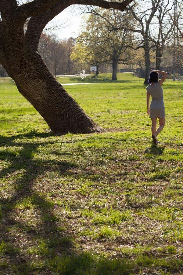 Giovane donna che cammina attraverso il campo fotografia stock libera da diritti