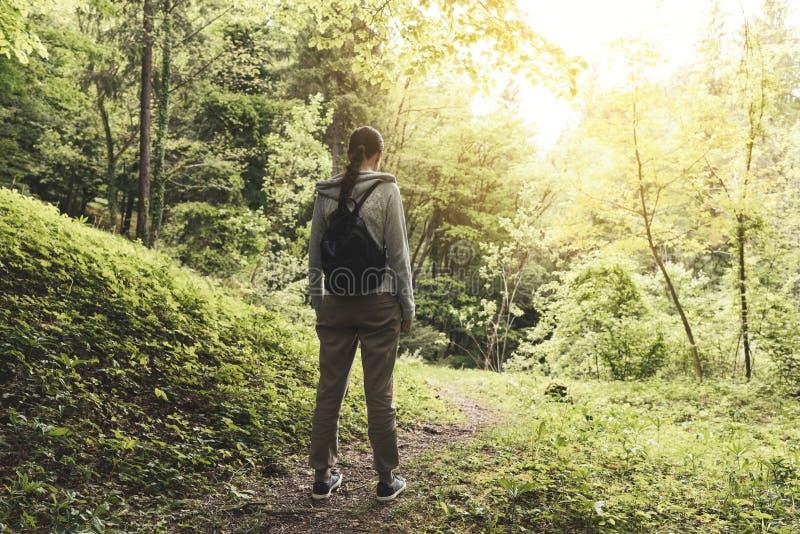 Giovane donna che cammina nella natura e nel rilassamento immagini stock