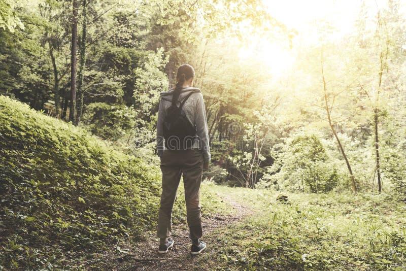 Giovane donna che cammina nella natura e nel rilassamento fotografie stock libere da diritti