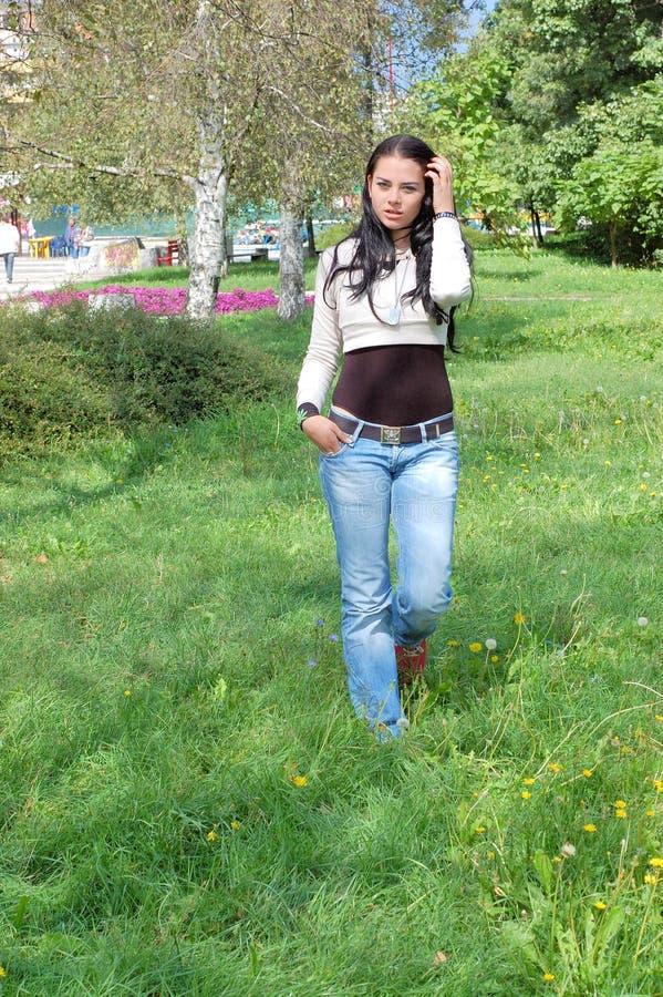 Download Giovane Donna Che Cammina Nella Sosta Immagine Stock - Immagine di parco, sicuro: 3135617