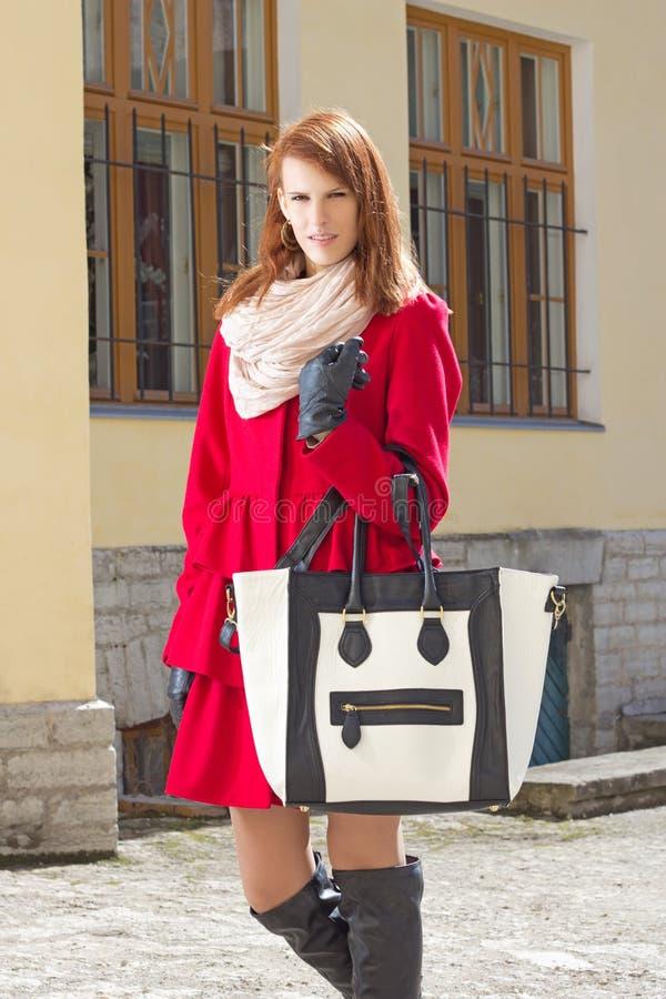 Download Giovane Donna Che Cammina Nella Vecchia Città Immagine Stock - Immagine di signora, caucasico: 30832065