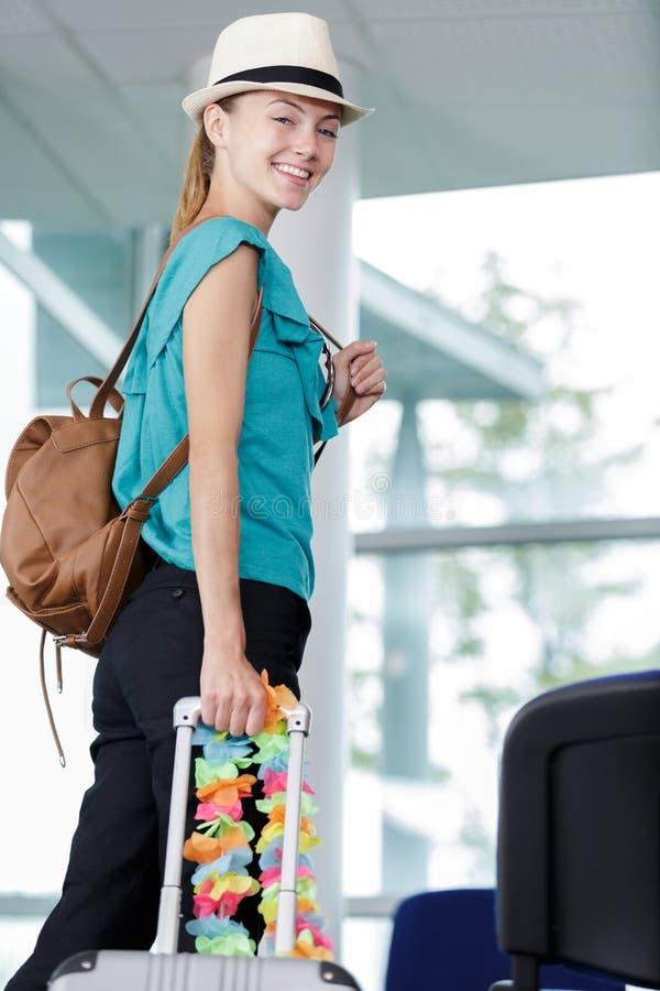 Giovane donna che cammina verso la porta di partenza fotografie stock
