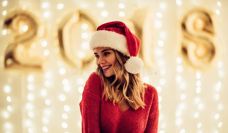 Giovane donna che celebra il Natale fotografia stock libera da diritti