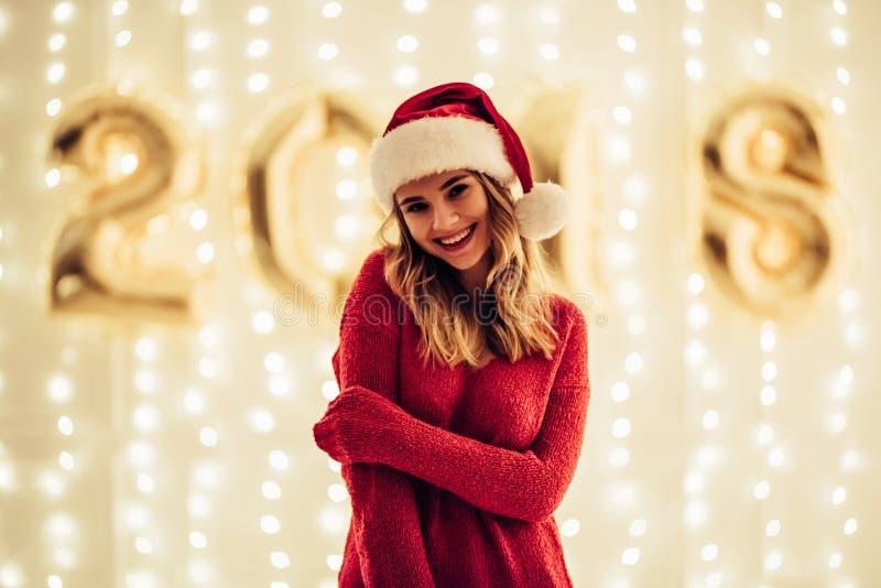 Giovane donna che celebra il Natale fotografia stock