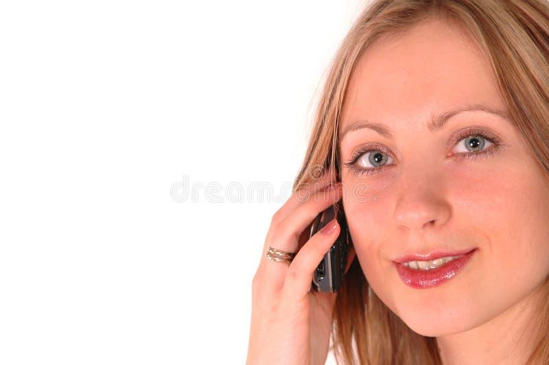 Giovane donna che comunica dal telefono immagini stock
