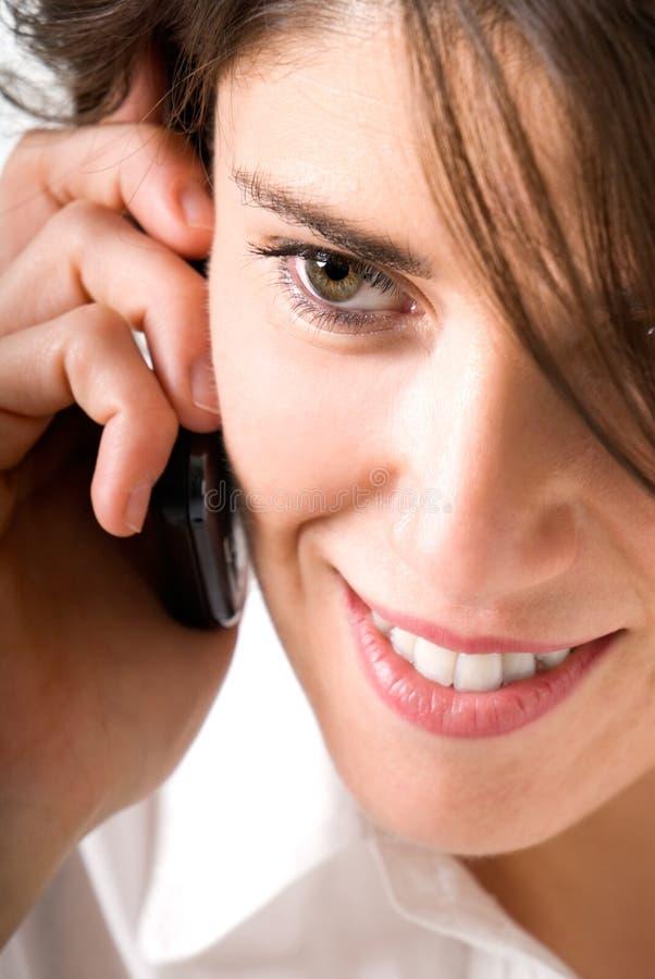Giovane donna che comunica per telefono fotografie stock