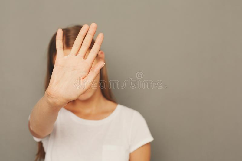 Giovane donna che copre il suo fronte di palma immagini stock