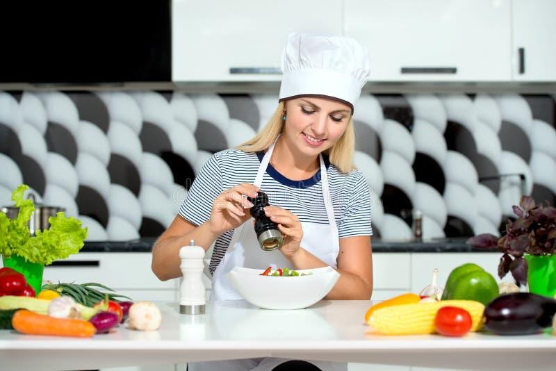 Giovane donna che cucina nella cucina Alimento sano - insalata di verdure Dieta Stile di vita sano Cottura nel paese immagine stock libera da diritti