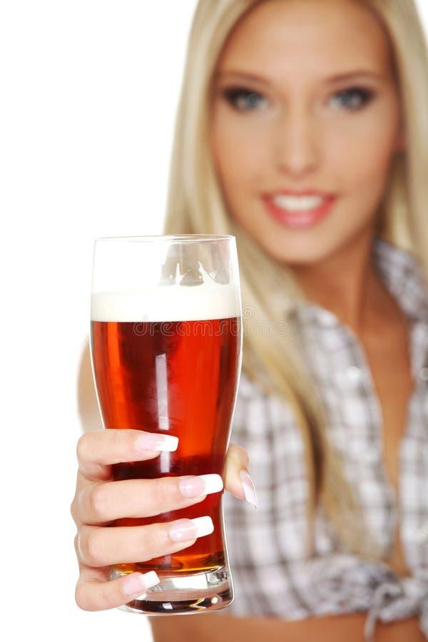 Giovane donna che dà birra immagini stock