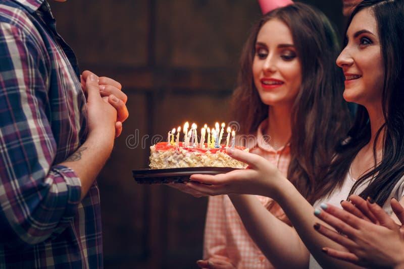 Giovane donna che dà torta di compleanno fotografie stock libere da diritti