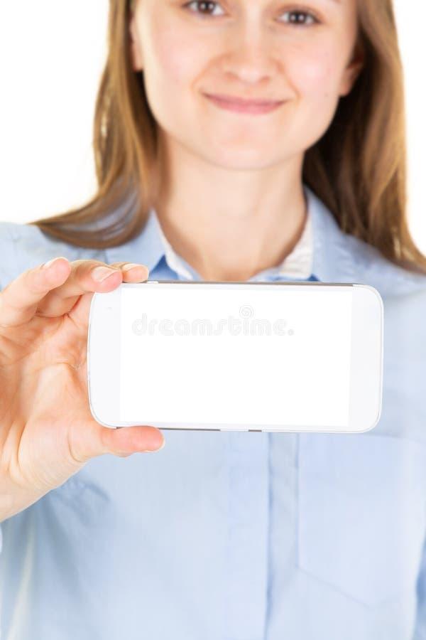 Giovane donna che dà un cellulare in sua mano immagine stock libera da diritti