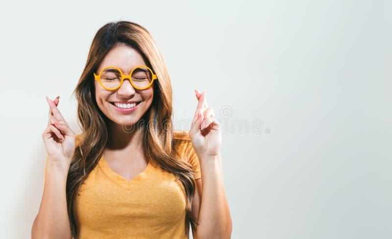 Giovane donna che desidera per la buona fortuna fotografie stock libere da diritti