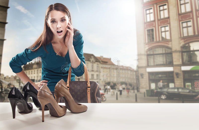 Giovane donna che esamina la finestra del negozio fotografie stock libere da diritti