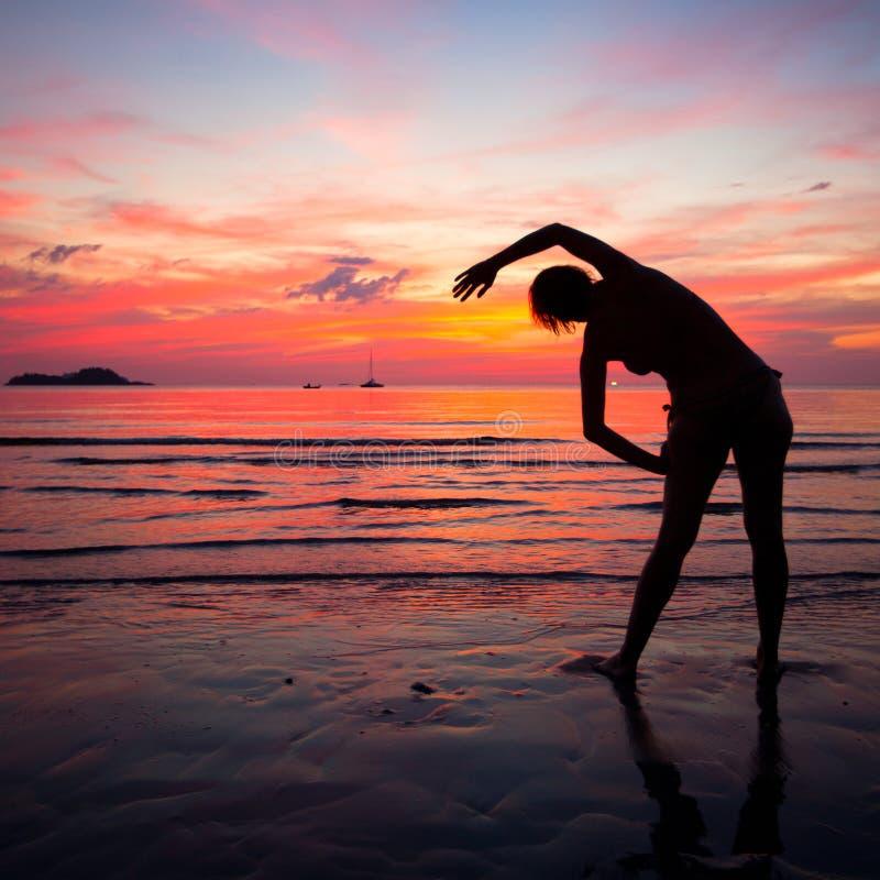Ragazza Di Santa Che Fa Desiderio Sulla Spiaggia In