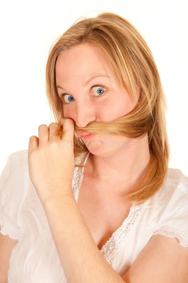 Giovane donna che fa fronte divertente immagine stock