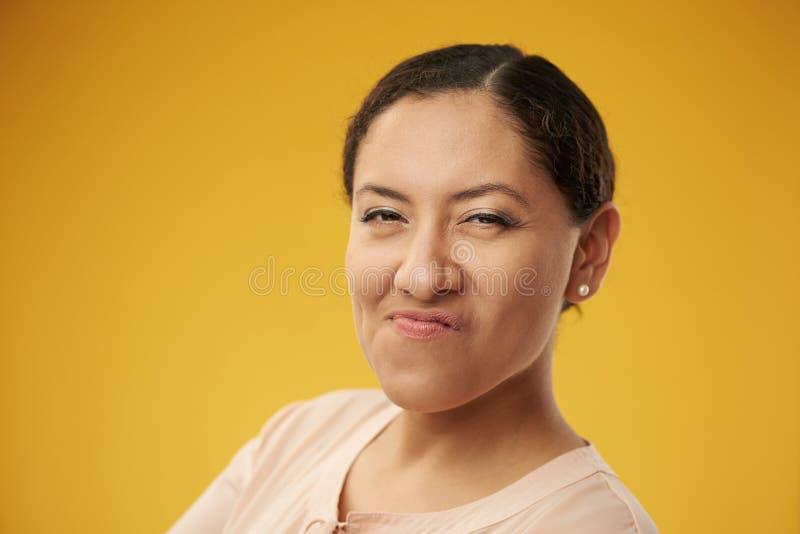 Giovane donna che fa fronte medio immagine stock