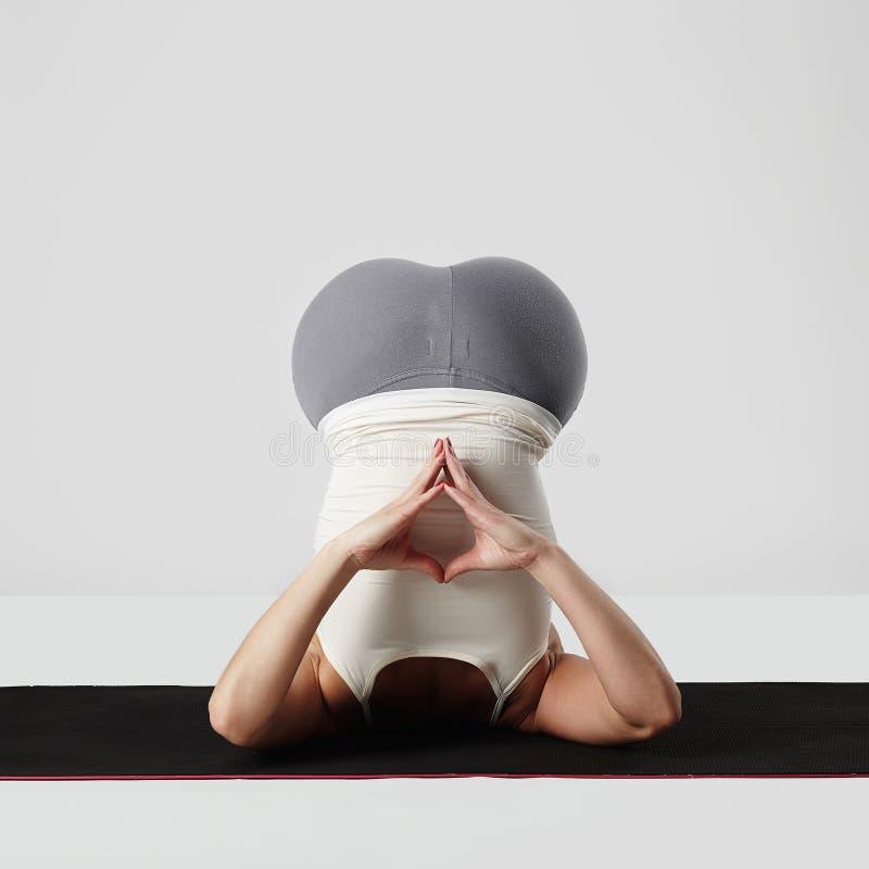 Giovane donna che fa le esercitazioni di yoga ragazza in buona salute di sport fotografia stock
