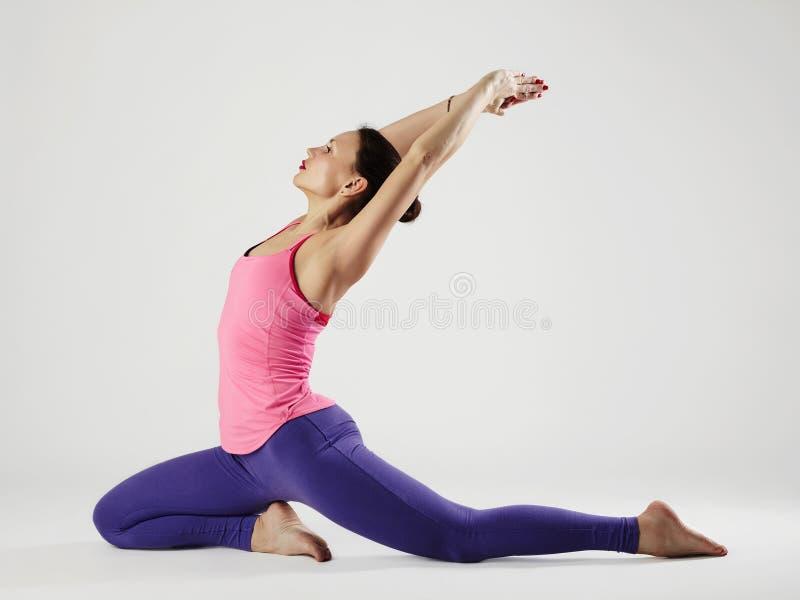 Giovane donna che fa le esercitazioni di yoga ragazza in buona salute di sport di misura fotografie stock libere da diritti