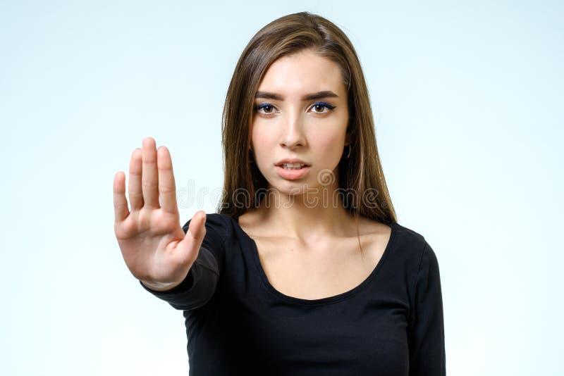 Giovane donna che fa posa di rifiuto immagine stock