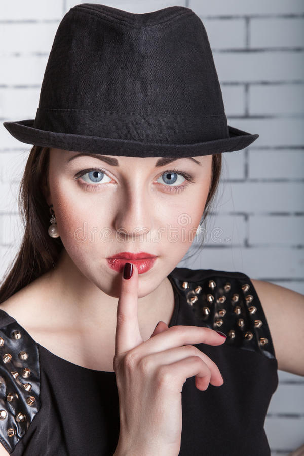 Giovane donna che fa segno silenzioso immagini stock