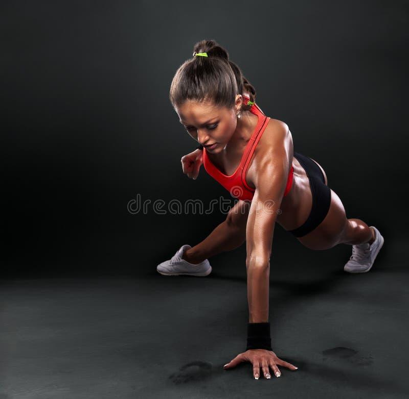Giovane donna che fa spinta-UPS immagine stock