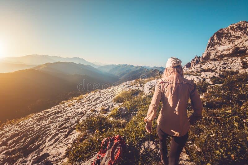 Giovane donna che fa un'escursione concetto all'aperto di stile di vita di viaggio immagini stock