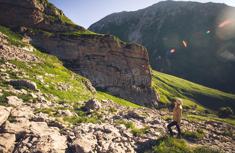 Giovane donna che fa un'escursione concetto all'aperto di stile di vita di viaggio fotografia stock libera da diritti