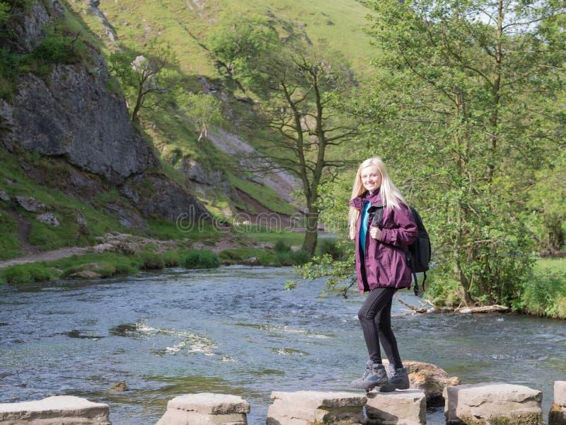 Giovane donna che fa un'escursione in Dovedale immagine stock libera da diritti