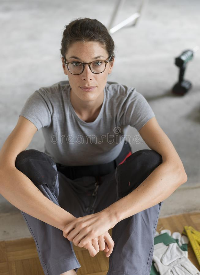Giovane donna che fa un rinnovamento domestico immagini stock libere da diritti