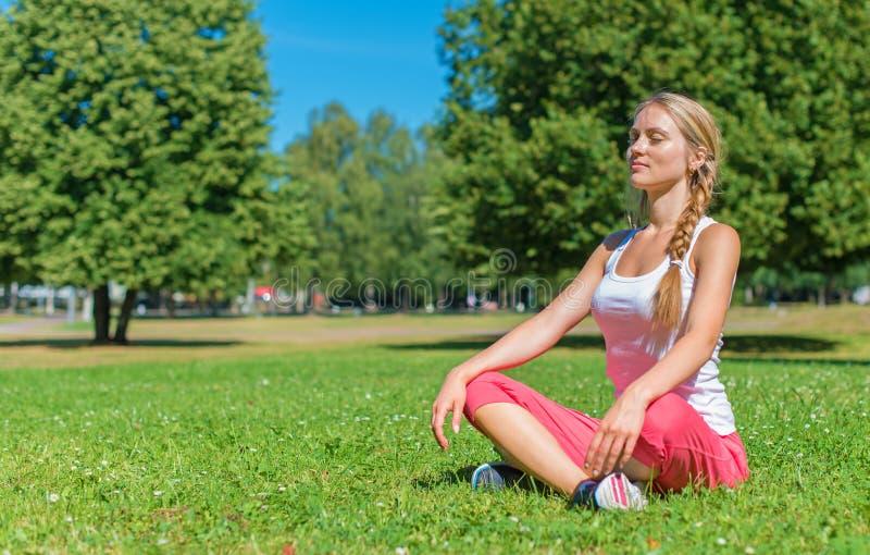 Giovane donna che fa yoga immagini stock