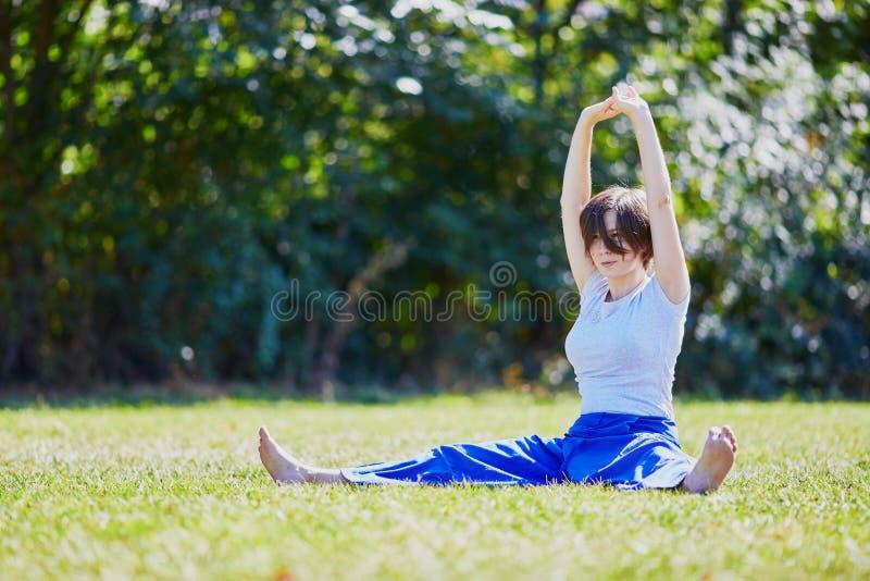 Giovane donna che fa yoga fotografie stock libere da diritti
