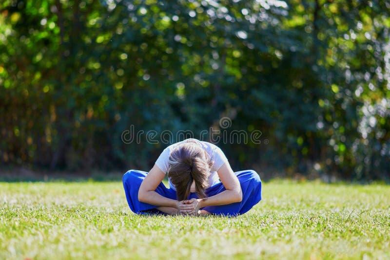 Giovane donna che fa yoga fotografia stock