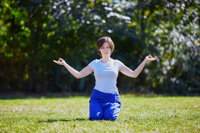 Giovane donna che fa yoga fotografie stock