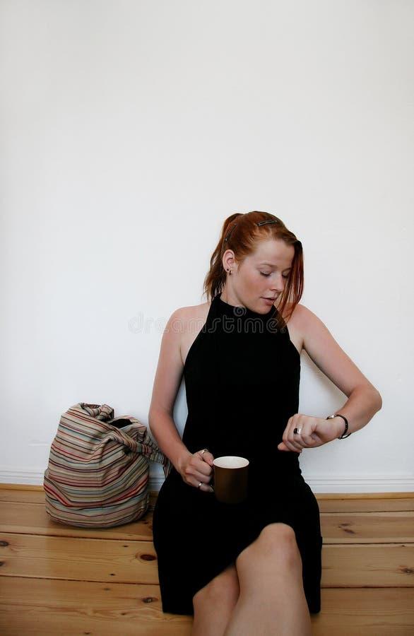 Giovane donna che funziona in ritardo