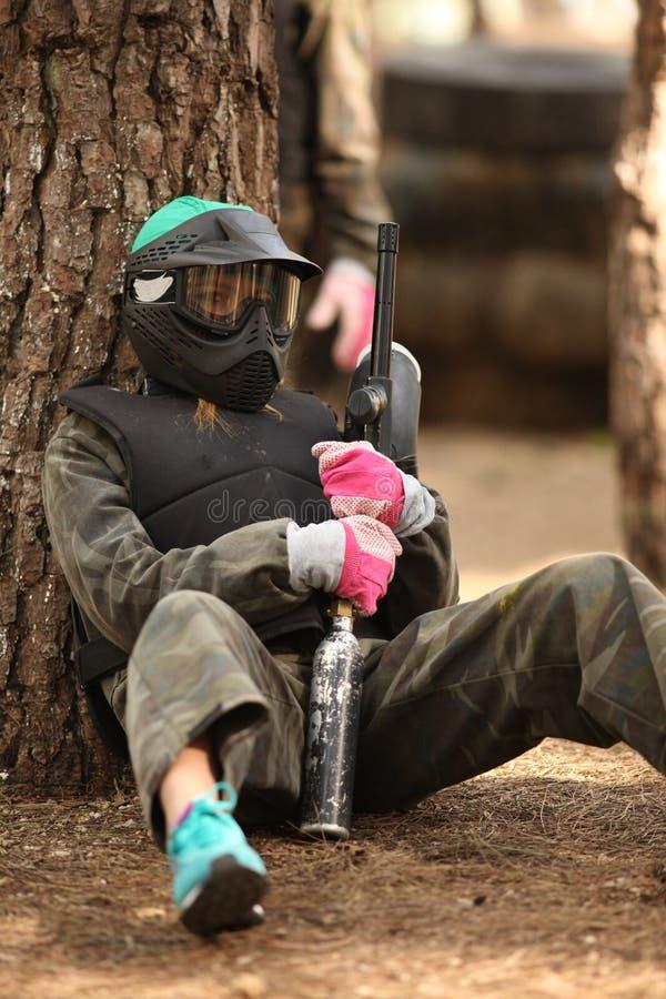 Giovane donna che gioca paintball fotografie stock libere da diritti
