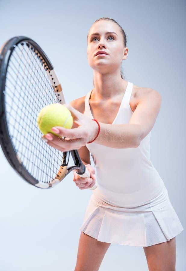 Giovane donna che gioca tennis fotografia stock libera da diritti