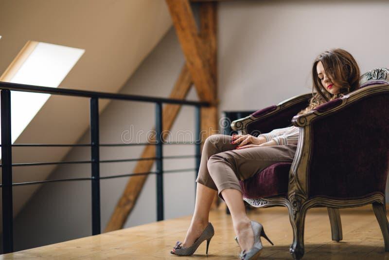 Giovane donna che giudica vino rosso di vetro al ristorante fotografie stock libere da diritti