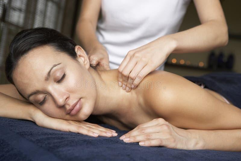 Giovane donna che gode del massaggio immagine stock libera da diritti