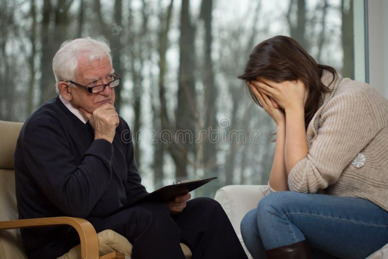 Giovane donna che grida durante la terapia fotografie stock