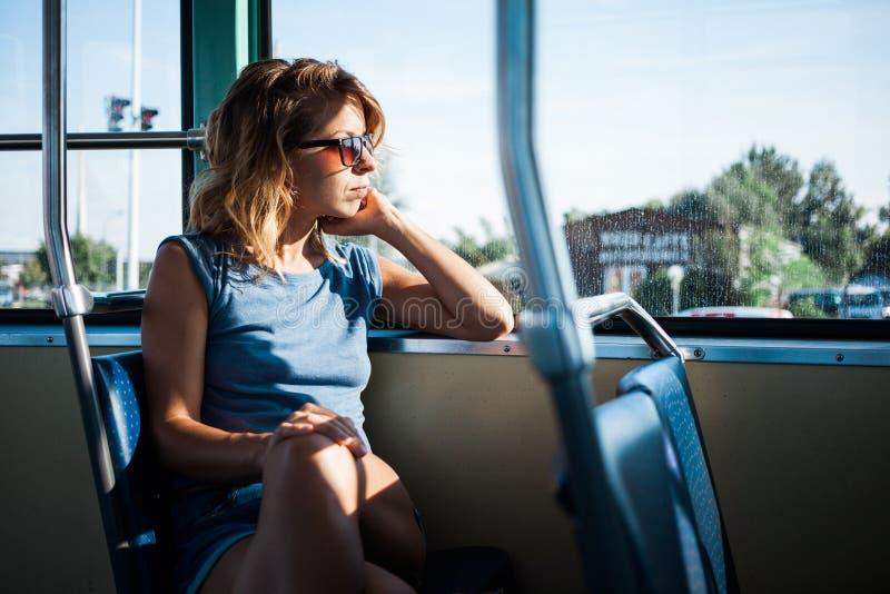 Giovane donna che guida un bus pubblico fotografia stock