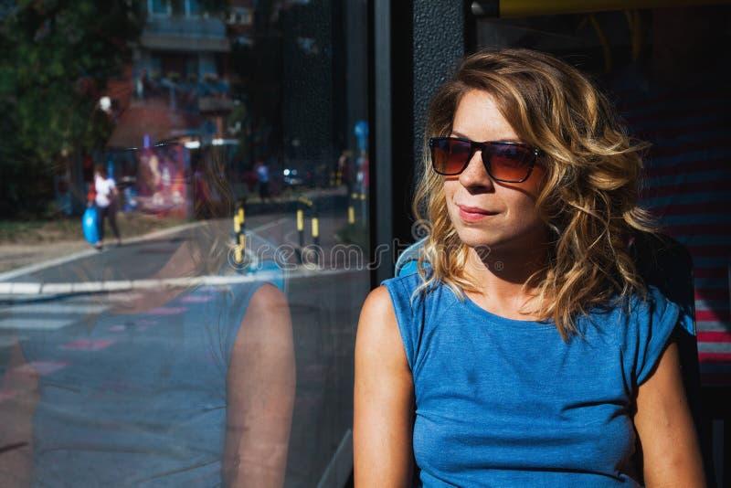 Giovane donna che guida un bus pubblico fotografia stock libera da diritti