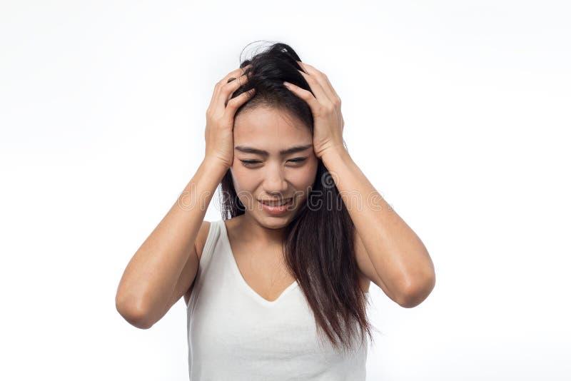 Giovane donna che ha emicrania su bianco fotografia stock