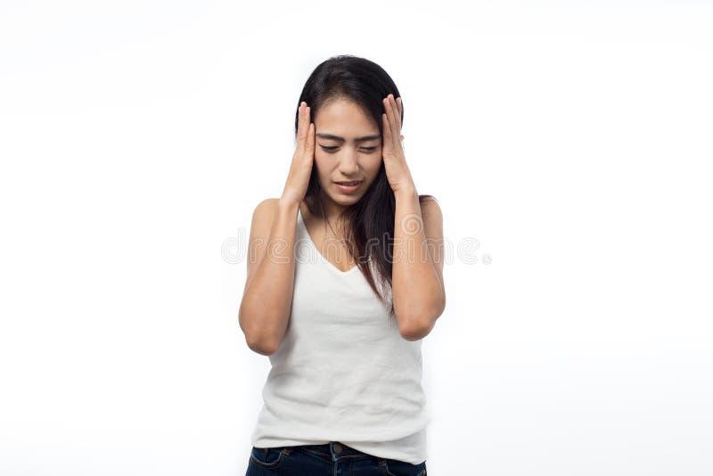Giovane donna che ha emicrania su bianco immagine stock