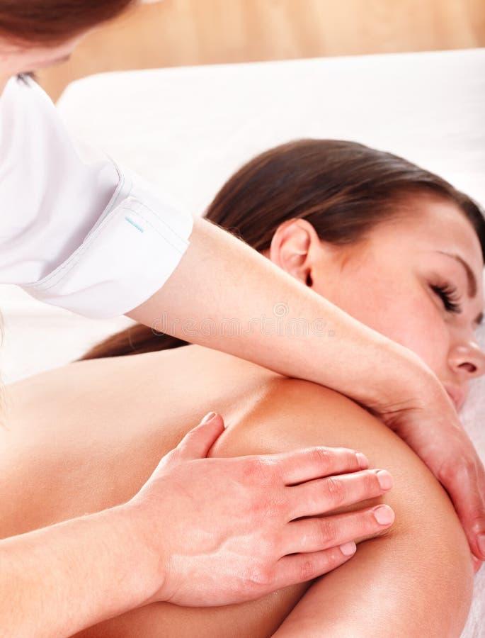 Giovane donna che ha massaggio. fotografia stock