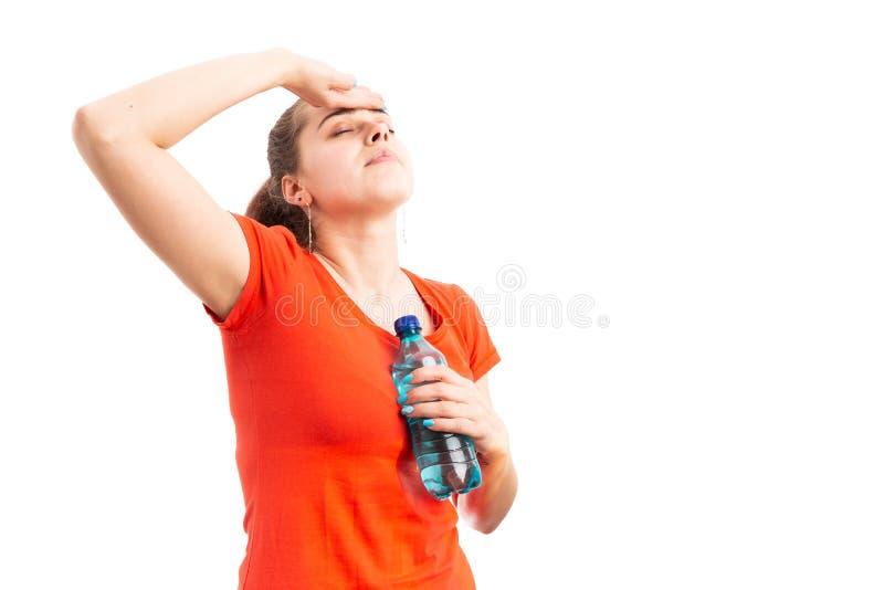 Giovane donna che ha problema di salute a causa di calore immagini stock