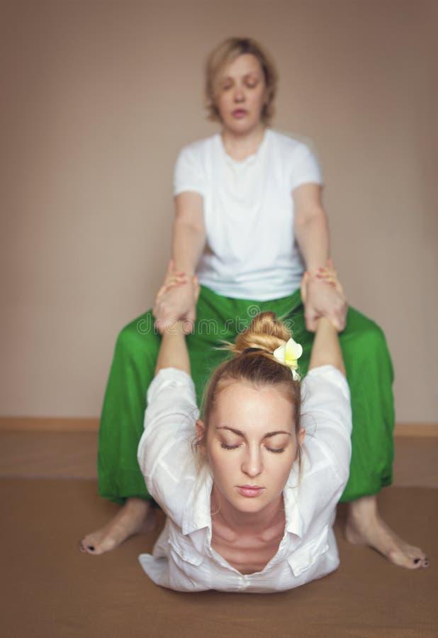 Giovane donna che ha trattamento di massaggio immagine stock