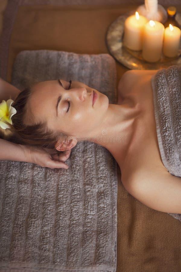 Giovane donna che ha trattamento di massaggio immagini stock