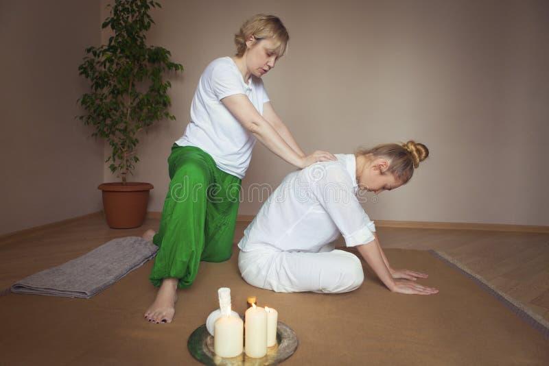 Giovane donna che ha trattamento di massaggio fotografie stock libere da diritti