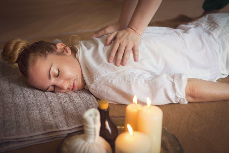 Giovane donna che ha trattamento di massaggio fotografia stock