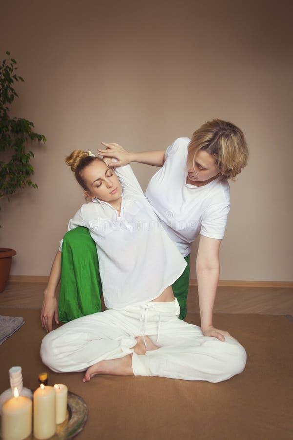 Giovane donna che ha trattamento di massaggio fotografie stock